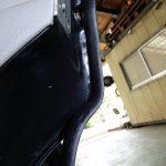 縦目ベンツのフロントドア下部塗装とリアドアシールの装着